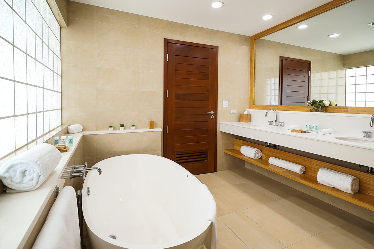 beachfront-suite-bathroom-b-fp