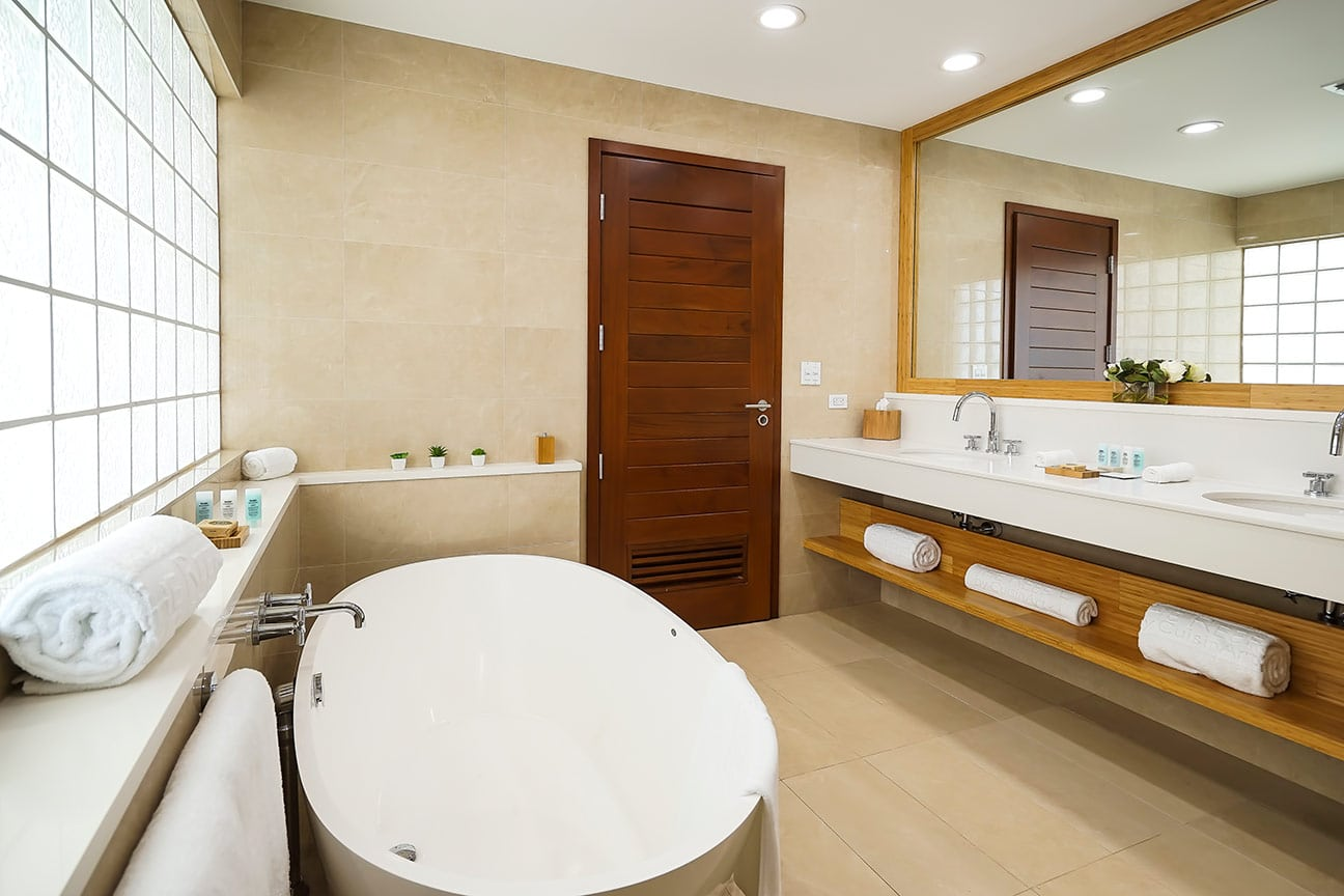 beachfront-suite-bathroom-b-fp